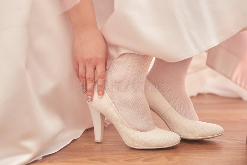 Kvinnlig fot i vita skor royaltyfria foton