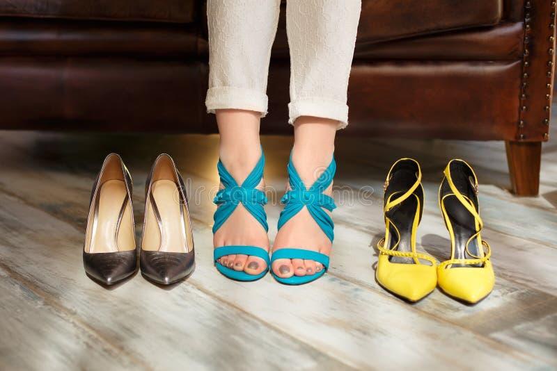 Kvinnlig fot och skor En kvinna väljer sandaler Modellen flicka gör arkivbilder