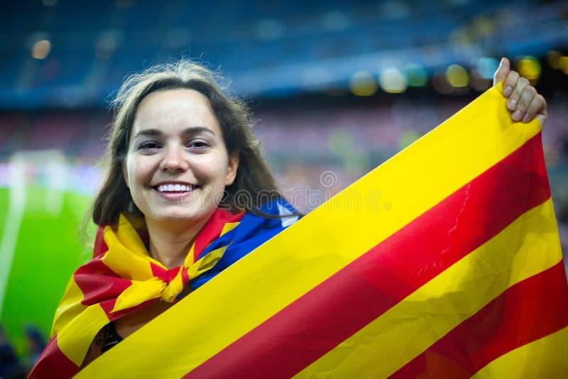 Kvinnlig fotbollsfan med flaggan royaltyfria bilder