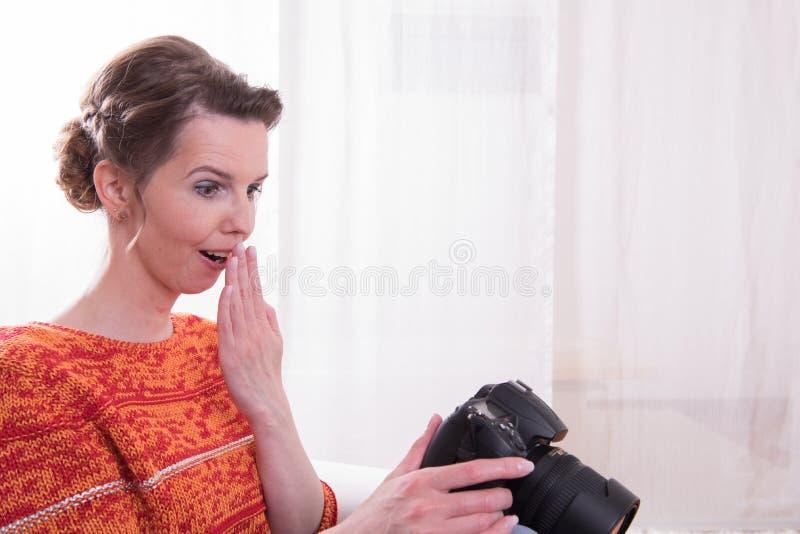 Kvinnlig fotograf en road being royaltyfria foton