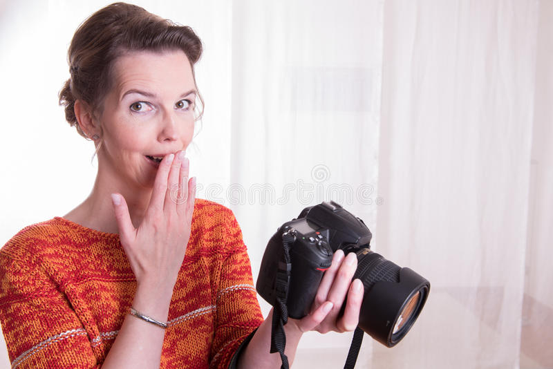 Kvinnlig fotograf på arbete med kameran royaltyfria bilder