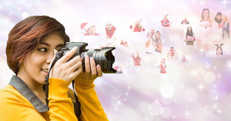Kvinnlig fotograf som använder SLR kameran, genom att flyga julstående arkivbilder
