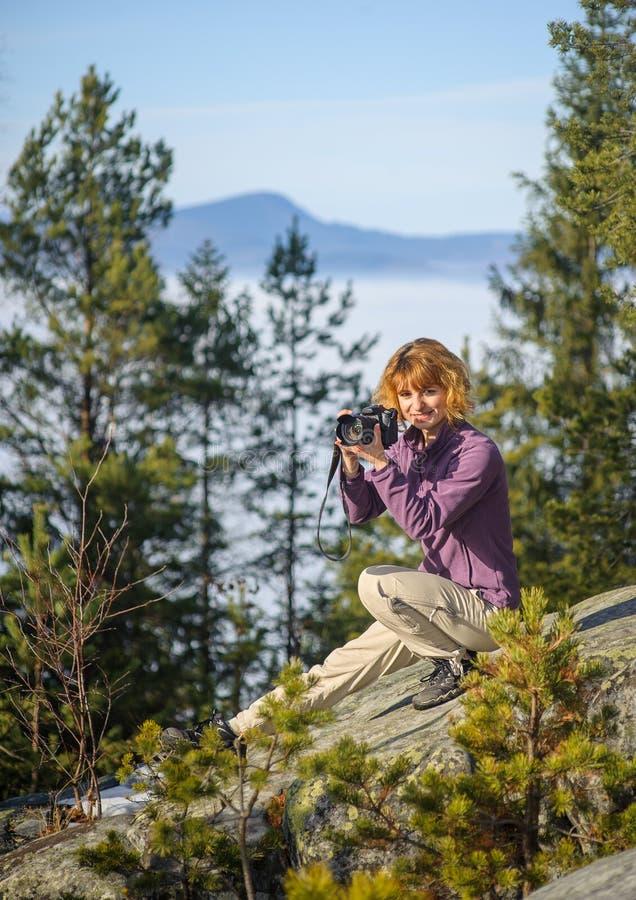 Kvinnlig fotograf som tar bilden arkivbild