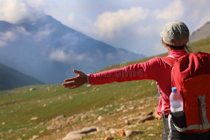 Kvinnlig fotvandrare i bergen arkivbilder