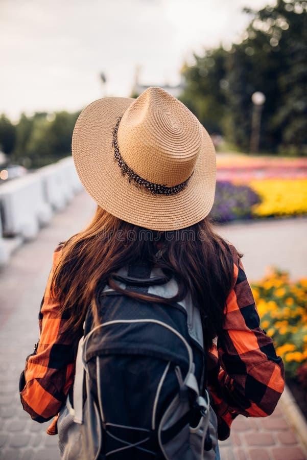 Kvinnlig fotvandrare med ryggsäcken på utfärden, tillbaka sikt royaltyfri bild