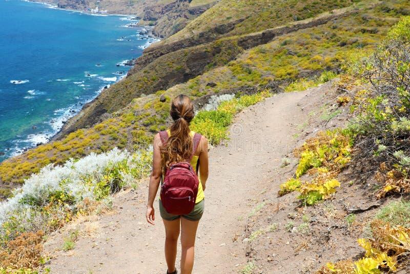 Kvinnlig fotvandrarenedstigning banan med spektakulärt landskap av Tenerife, kanariefågelöar royaltyfria bilder