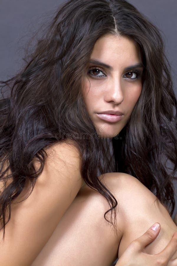 Kvinnlig framsida för härlig ung brunett royaltyfri foto
