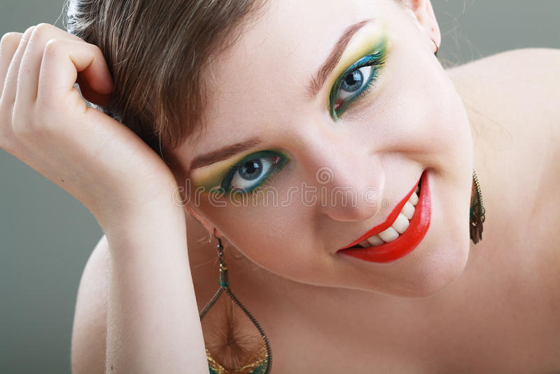 Kvinnlig framsida med färgrikt smink royaltyfria bilder