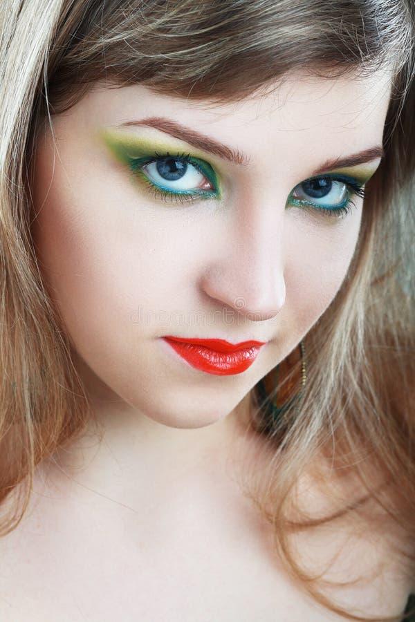 Kvinnlig framsida med färgrikt smink arkivbilder