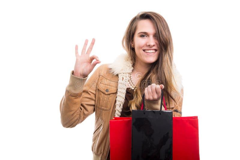 Kvinnlig görande ok gest för lycklig shoppare royaltyfria foton