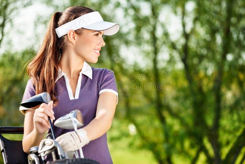 Kvinnlig golfare royaltyfri foto