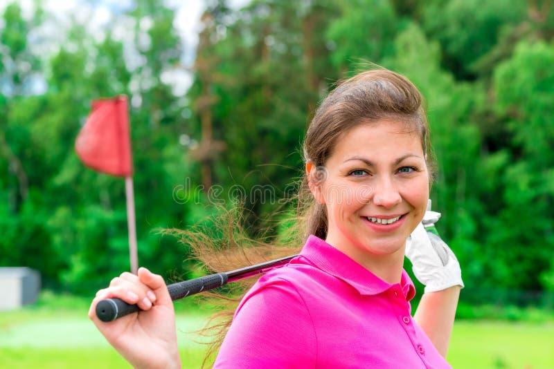 Kvinnlig golfare med en golfklubb royaltyfria foton