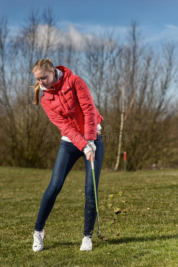 Kvinnlig golfareklockas slag i busen royaltyfria bilder