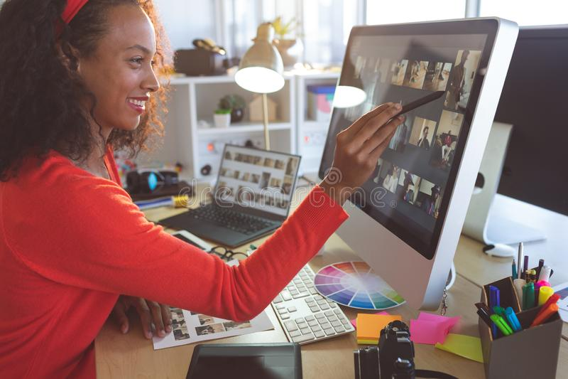 Kvinnlig grafisk formgivare som arbetar p? datoren royaltyfri bild