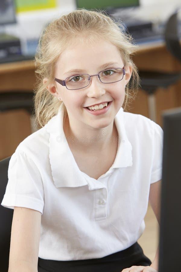 Kvinnlig grundskolaelev i datorgrupp royaltyfri bild