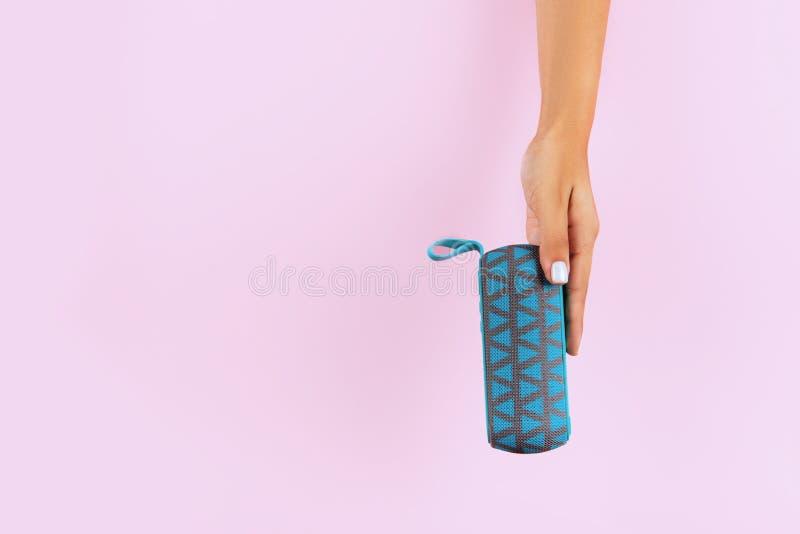 Kvinnlig högtalare för handhandlagportable royaltyfri fotografi