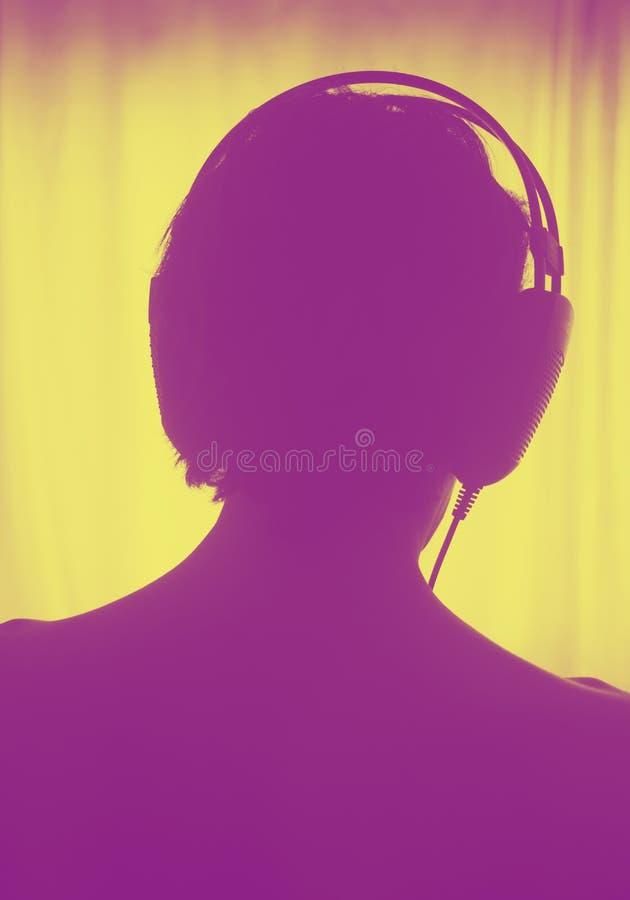 Kvinnlig hörlurar för discjockeydeejaykvinna arkivfoto