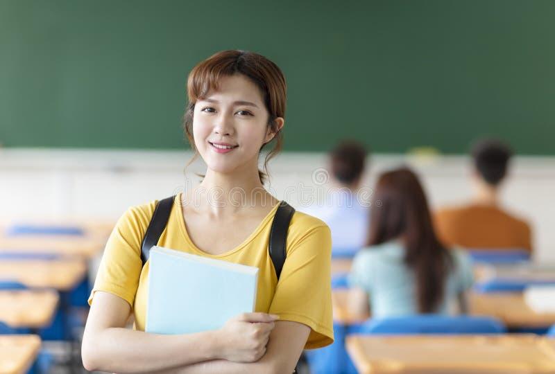 kvinnlig h?gskolestudent i klassrum royaltyfria foton