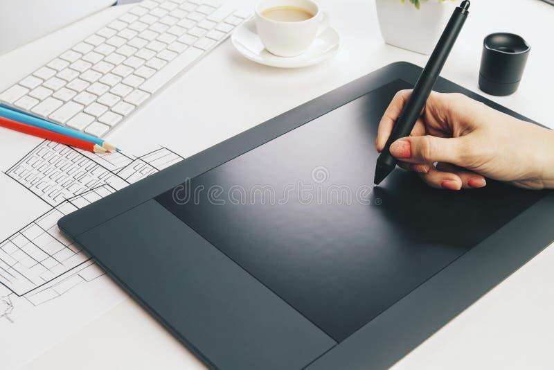 Kvinnlig hand genom att använda den grafiska minnestavlan arkivbild