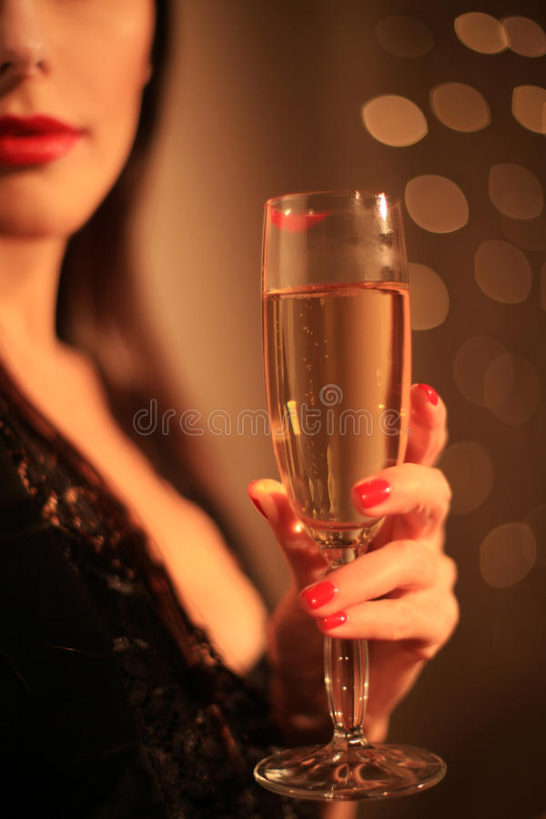 Kvinnlig hand med ett exponeringsglas på bakgrund av ljus royaltyfri bild