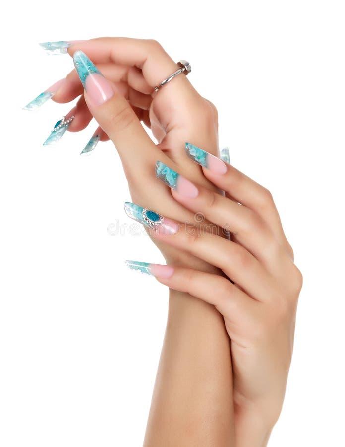 Kvinnlig hand med långa fingernaglar arkivfoto
