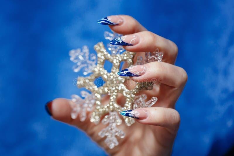 Kvinnlig hand med manikyr royaltyfri foto