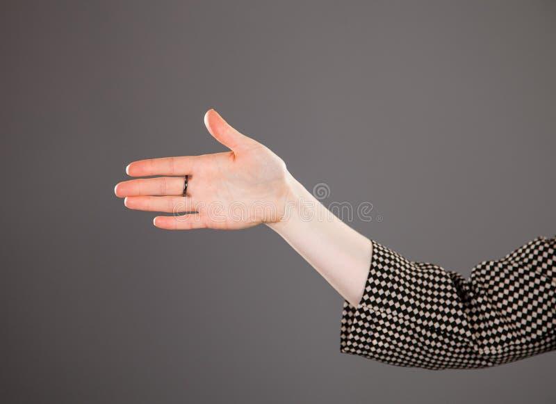 Kvinnlig hand som indikerar riktning royaltyfri bild