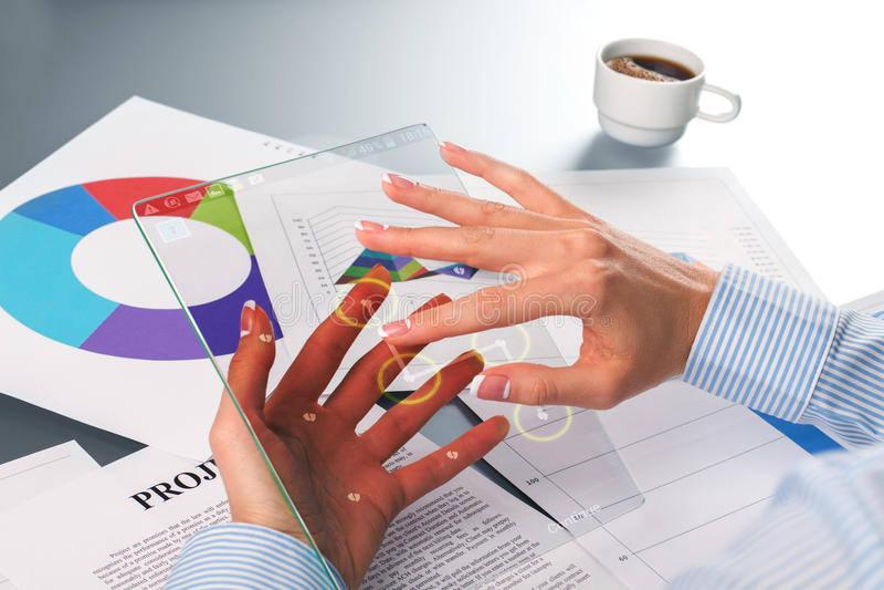 Kvinnlig hand som låser minnestavlaskärmen upp arkivbild