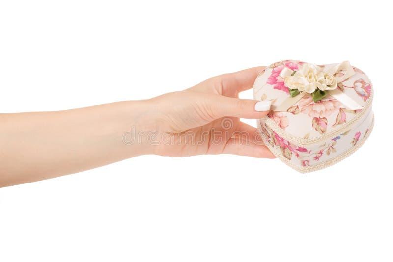 Kvinnlig hand som rymmer casketsmycken royaltyfri bild