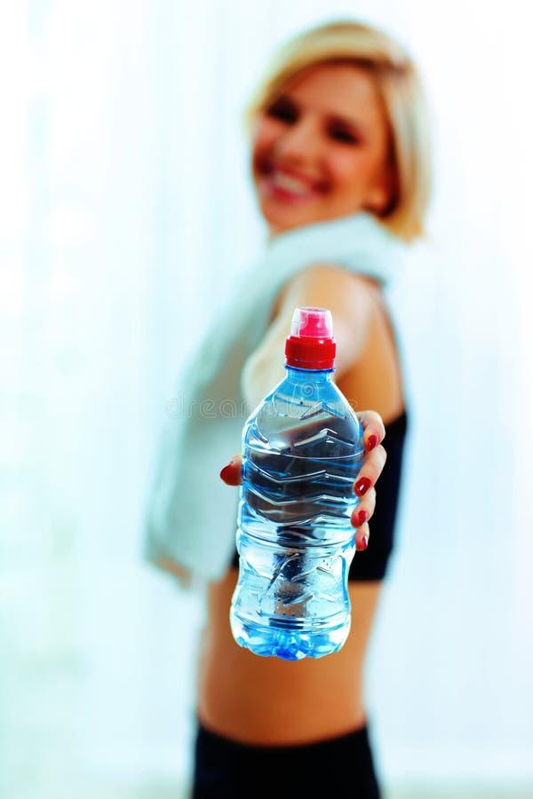 Kvinnlig hand som rymmer en flaska med vatten arkivbilder