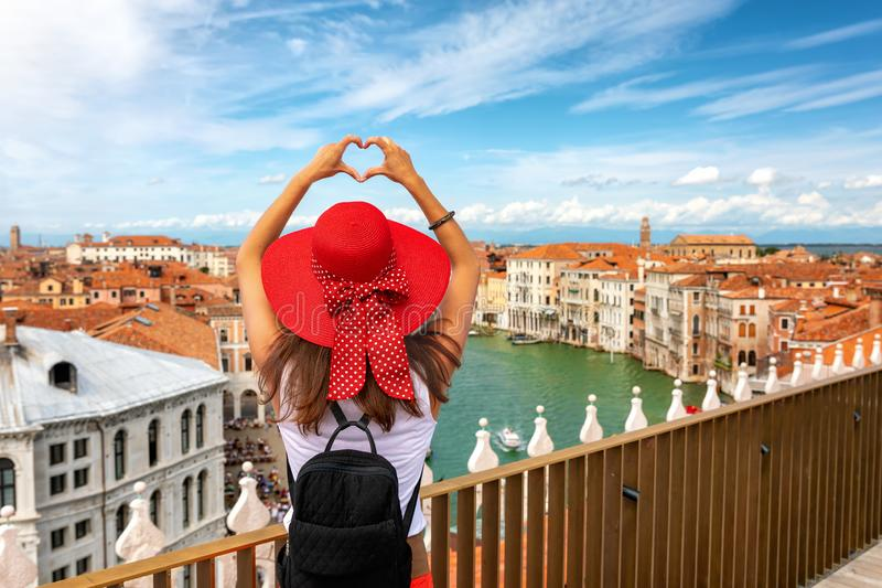 Kvinnlig handelsresandeturist över horisonten av Venedig, Italien royaltyfri foto