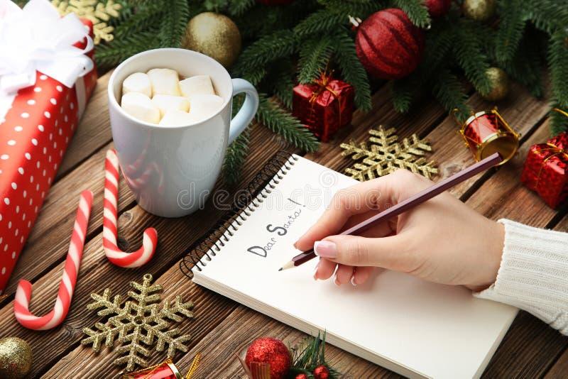 Kvinnlig handhandstilbokstav till Santa Claus royaltyfri bild