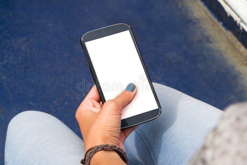 Kvinnlig handinnehavSmart telefon arkivfoton