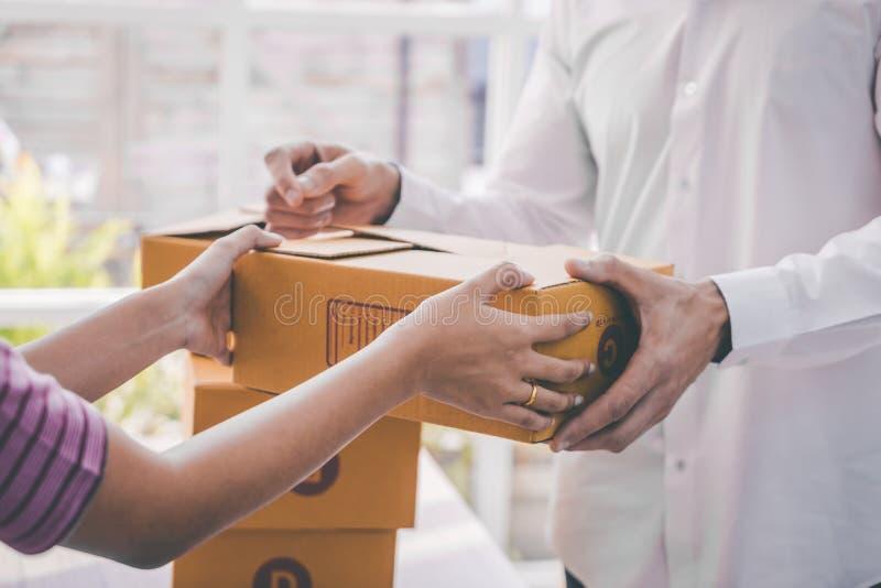 Kvinnlig hem- företagsägare som behandlar packen till kunden royaltyfria foton