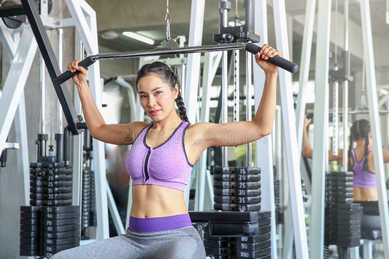 Kvinnlig i idrottshall sport kondition, bodybuilding, öva för kvinna arkivfoto