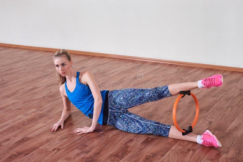 Kvinnlig idrottsman nen som gör sportövning Begrepp av hälso- och kroppomsorg royaltyfri foto