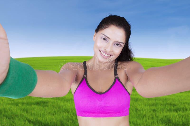 Kvinnlig idrottsman nen som tar en selfiebild arkivbild