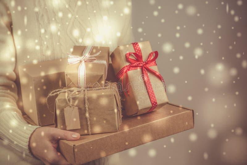 Kvinnlig innehavbunt av julgåvor royaltyfria bilder