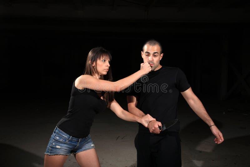 Kvinnlig instruktör för kampsportar royaltyfria foton