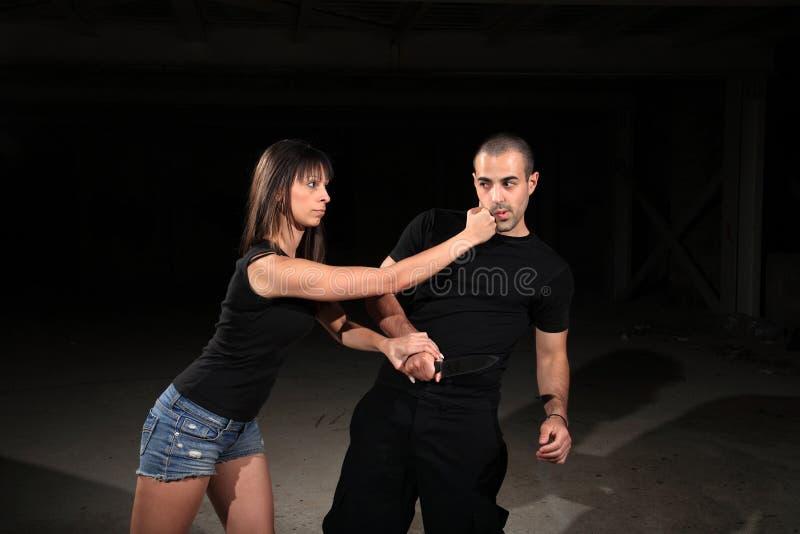 Kvinnlig instruktör för kampsportar fotografering för bildbyråer