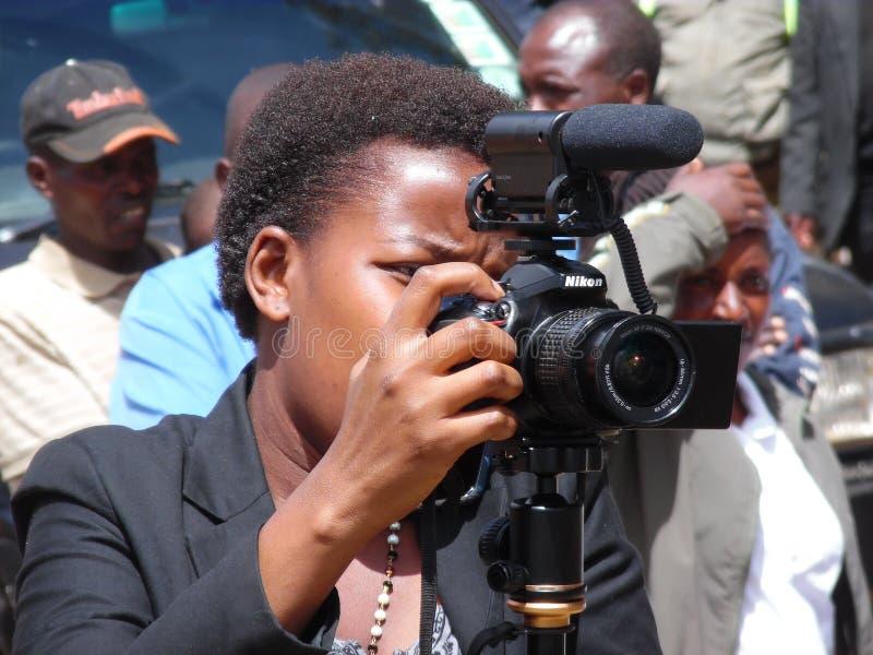 Kvinnlig journalist i kerichoen, Kenya arkivbild