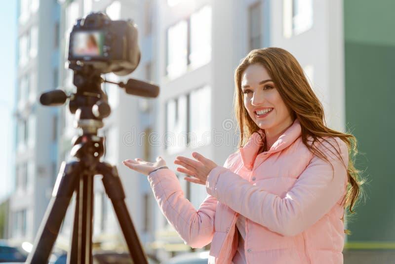Kvinnlig journalist som gör en reportage royaltyfria bilder