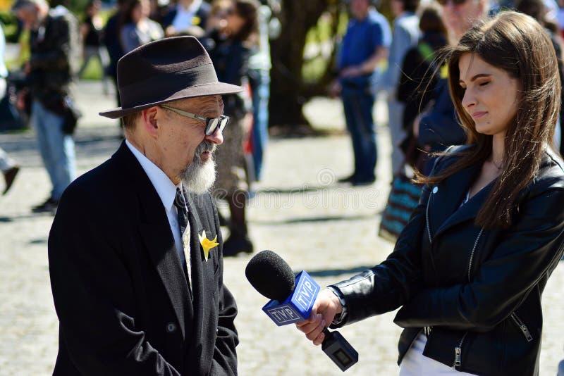 Kvinnlig journalist TVP med att intervjua f arkivbilder