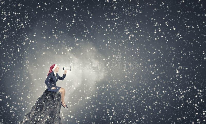 Kvinnlig jultomten som gör meddelande fotografering för bildbyråer