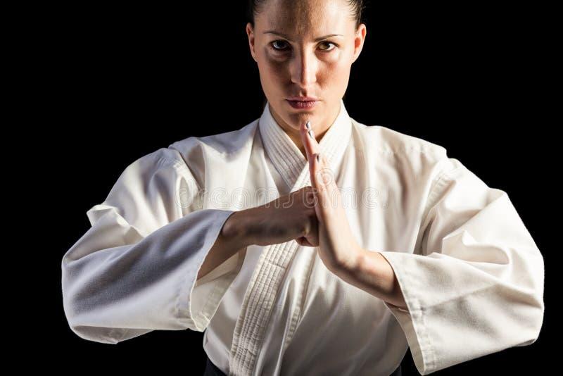 Kvinnlig kämpe som utför handhonnör arkivbild