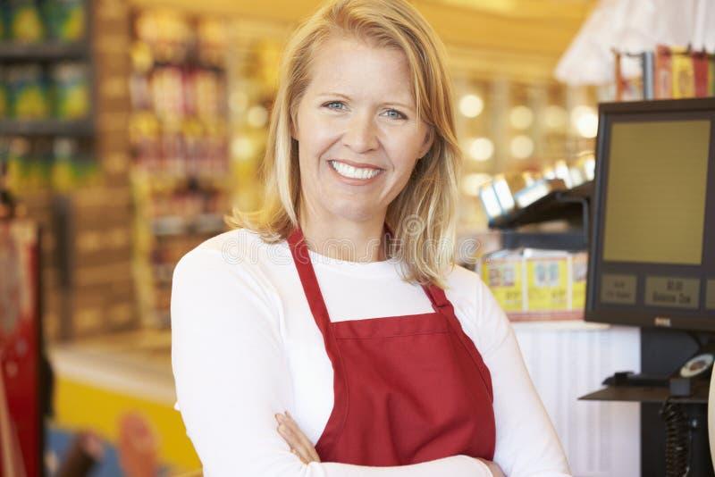Kvinnlig kassörska At Supermarket Checkout fotografering för bildbyråer