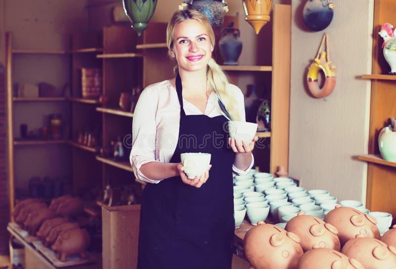 Kvinnlig keramiker i keramikatelier royaltyfria bilder