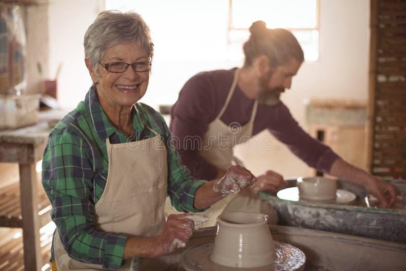 Kvinnlig keramiker som gör en kruka royaltyfri bild