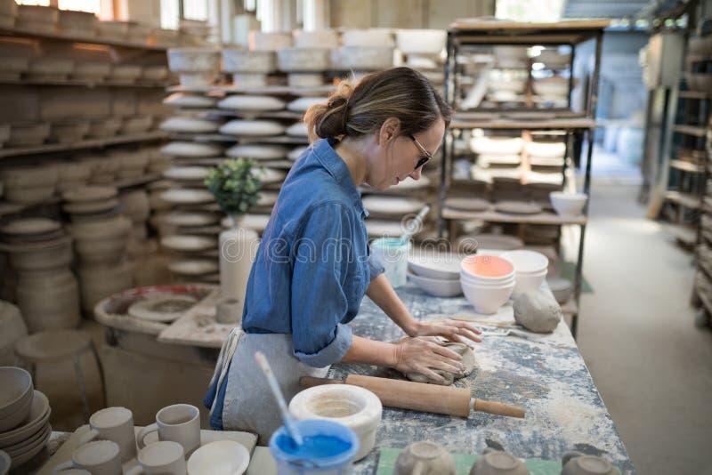 Kvinnlig keramiker som gjuter en lera royaltyfria foton