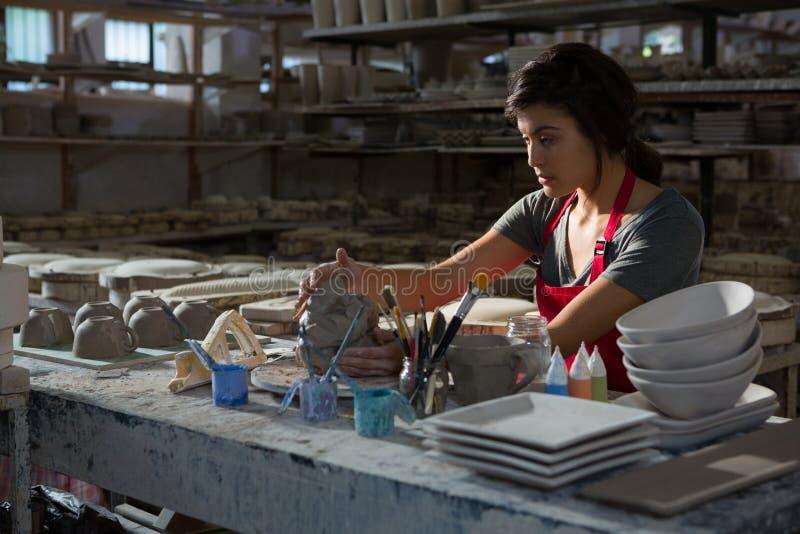 Kvinnlig keramiker som gjuter en lera fotografering för bildbyråer